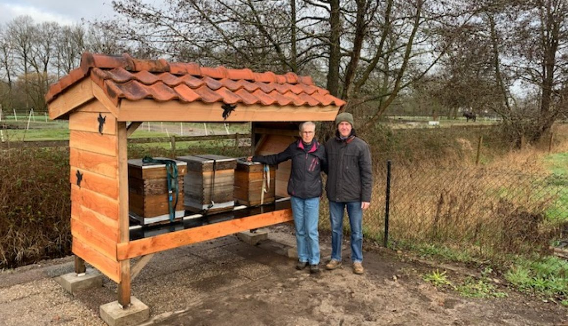 Jaap en Mea naast bijenstal Eemhorst