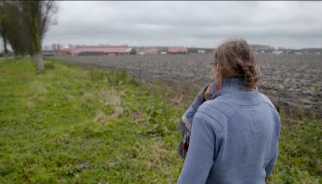 Boerin Tineke kijkt uit over de akker